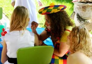 Animacje dla dzieci z Magenta Group_malowanie twarzy przez Klauna